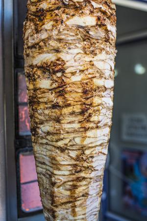 垂直方向の串焼きのドネル肉のグリル
