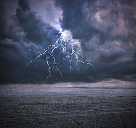 clima: Thunderbolt y nubes Foto de archivo