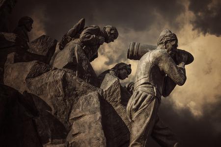 Serife 바치 동상, 카스타 모누, 터키 에디토리얼