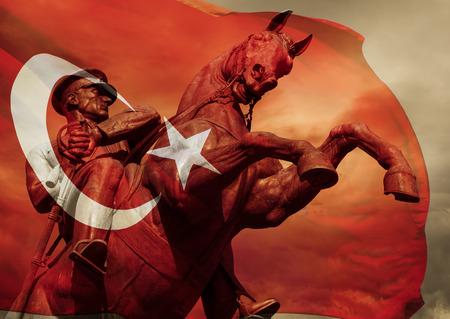 Heroic Ataturk Statue e bandiera turca Archivio Fotografico - 37699959