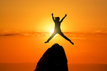 Springen vrouw op de Peak