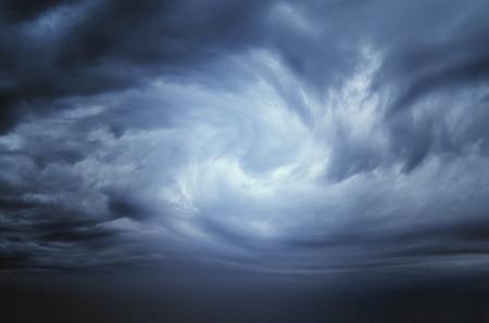donker blauw storm wolken voor de regen Stockfoto