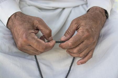 simbolos religiosos: Hombre musulmanes rezando con el rosario Foto de archivo