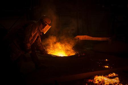 鉄鋼工場、鉄を溶解