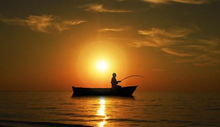 man fishing: El hombre pesca en Hermosa puesta de sol