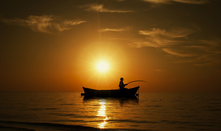 barca da pesca: L'uomo di pesca su Bel tramonto Archivio Fotografico