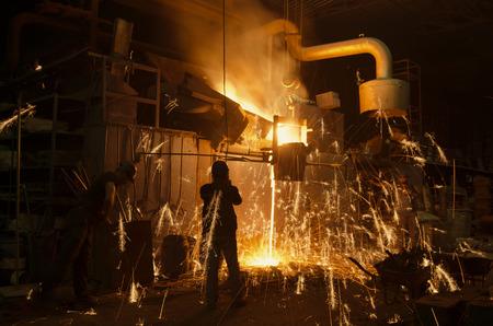 smelten van het metaal in de gieterij Stockfoto