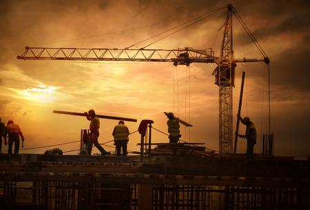 travailleur: Chantier de construction au coucher du soleil Banque d'images