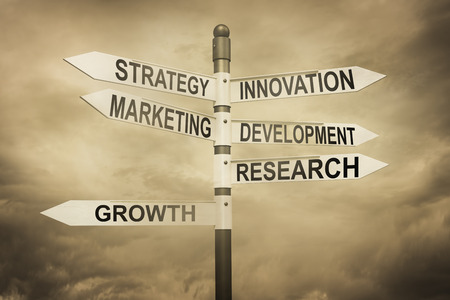desarrollo económico: Negocios, estrategia, marketing, concepto de desarrollo con señal de tráfico
