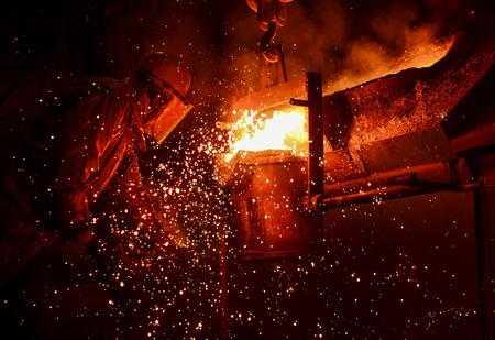 hombre rojo: F�brica de Acero, Hierro fusi�n Foto de archivo