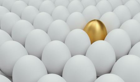 Gouden ei onder het gebruikelijke. Concept van het succes.