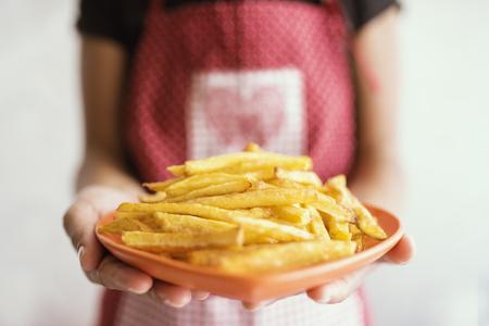 fastfood: cô gái với thức ăn nhanh bị cô lập trên nền trắng