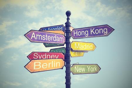 uithangbord met een routebeschrijving naar landen Stockfoto