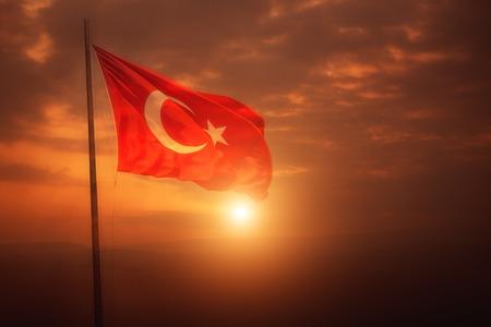 Een Turkse vlag vliegt over de zon in Turkije. Stockfoto