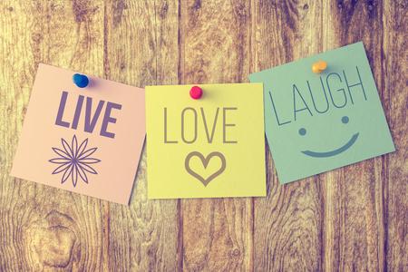 Amor de la risa en vivo sobre fondo de madera Foto de archivo - 48142778