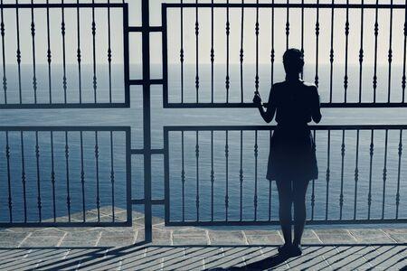 mujer mirando el horizonte: Mujer mirando al mar, vista espectacular, la mujer en el borde, silueta de la mujer inusual