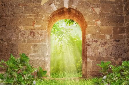Zonnestralen en oude poort