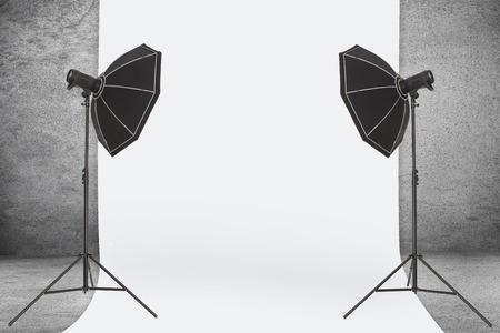 Estudio fotográfico vacío con equipo de iluminación