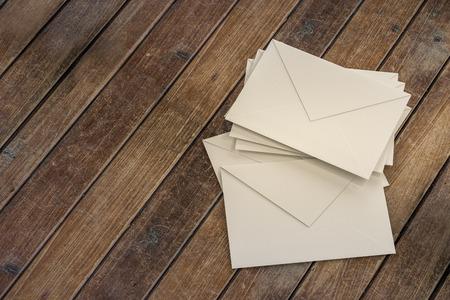 sobres para carta: sobres de carta para el franqueo electrónico en mesa de madera Foto de archivo