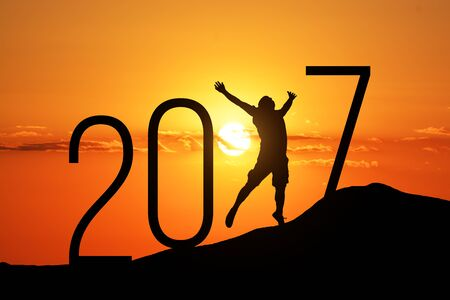 persona saltando: Silueta de la persona que salta sobre la colina de 2017, por la puesta del sol