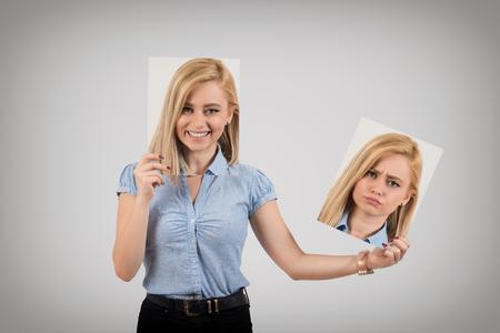 機嫌を悪くして怒ることから気分を変える若い女性