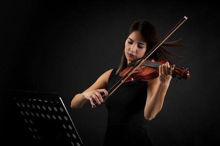 美人バイオリニストの女性