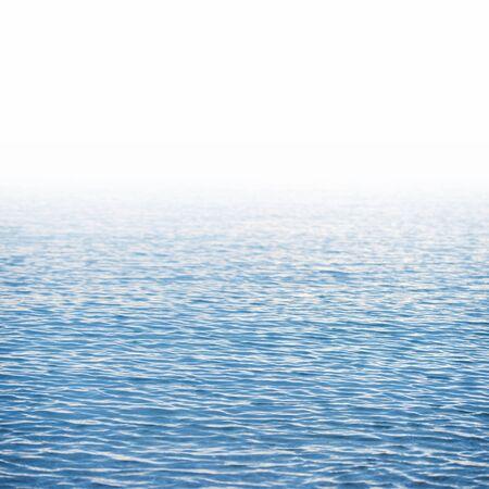 Blauwe waterspiegelachtergrond die op wit wordt geïsoleerd