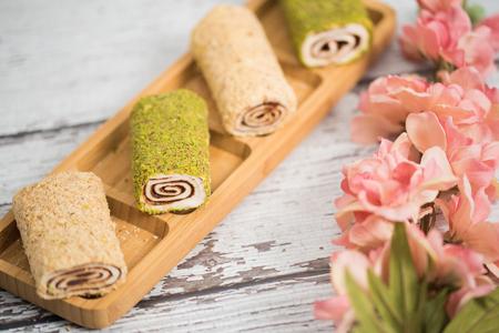 Tranche de pain fait maison au chocolat et à la vanille sur fond en bois Banque d'images - 93965865
