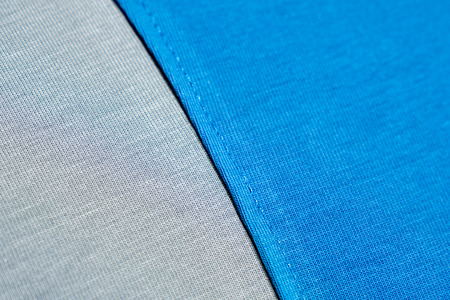Nahtmuster aus blauem und grauem Stoff. Naht aus blauem T-Shirt