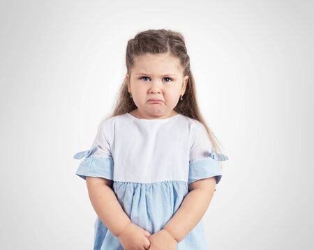Portrait of crying little girl on grey background. Banque d'images - 131712507
