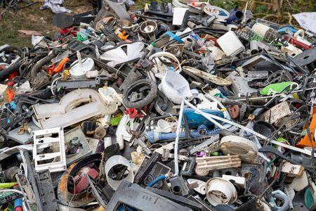 Los materiales de desecho se recogen para clasificarlos y reciclarlos. Foto de archivo