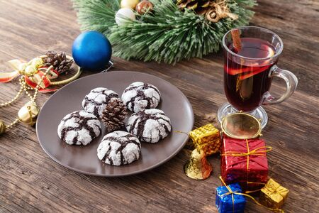 Perparing traditional cookies and gluhwein or mulled wine for new year celebration. Imagens