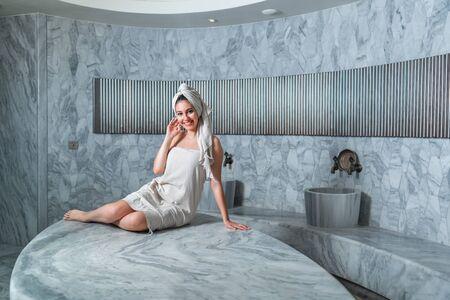 un bain turc de culture ancienne et une belle femme.