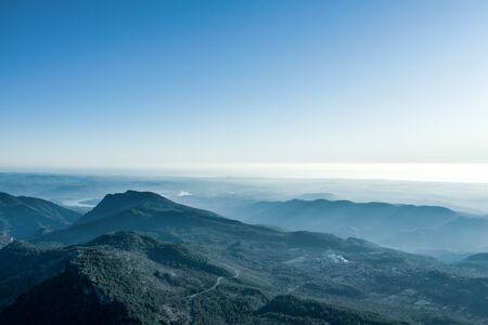 Eine Luftaufnahme des Waldes und der Berge mit offenem Himmel. Standard-Bild