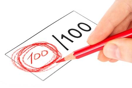 Esame finale segnato con 100 isolato su bianco