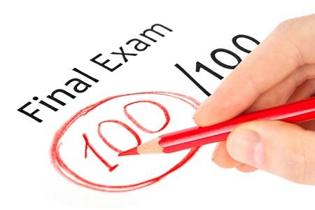 Abschlussprüfung mit 100 gekennzeichneten isoliert auf weiß Standard-Bild - 15347936