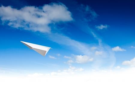Paper Planes im blauen Himmel. Sky background Standard-Bild - 15376020