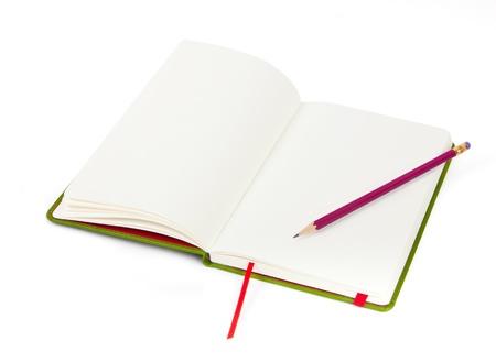 Taccuino e matita su sfondo bianco