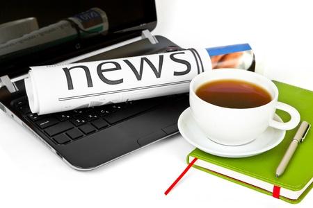 Tazza di caff� con il computer portatile e il giornale Archivio Fotografico