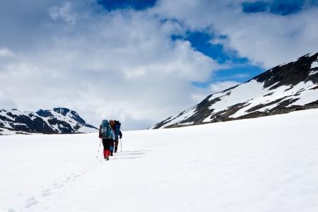 gruppo di escursionisti in montagna d'inverno Archivio Fotografico