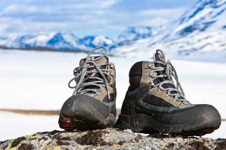 Arrampicata stivali sulla roccia in montagna Archivio Fotografico