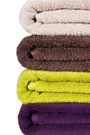 asciugamani colorati impilati su uno sfondo bianco Archivio Fotografico