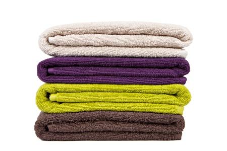 Gestapelt bunten Handtücher auf weißem Hintergrund Standard-Bild - 15611219