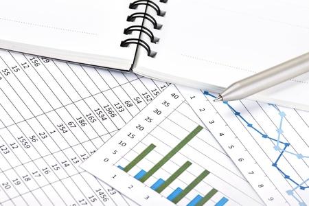Analyse von Geschäftsberichten Standard-Bild - 15611184