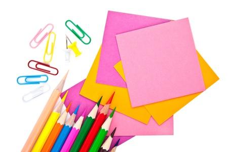 Matite colorate e documenti nota su bianco