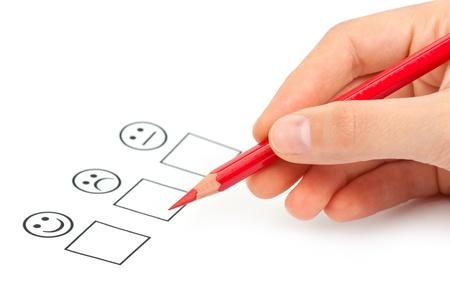 mano femminile con la matita rossa la scelta positiva o negativa. soddisfazione del cliente Archivio Fotografico