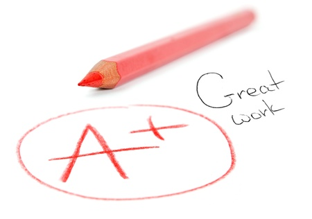 Mark A + con la matita rossa isolato su bianco. Ottimo lavoro