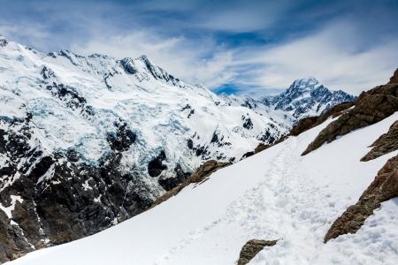 snow capped: Capsuladas nieve cumbre de Cook Mountain alta bajo un cielo azul panor�micas. Foto de archivo