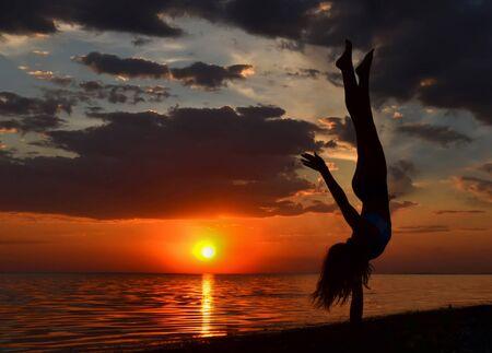gymnastique: Gymnaste exercice pr�s de la mer.