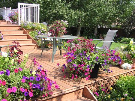 patio furniture: Un bellissimo spazio di vita esteriore progettato per vivere l'estate.  Archivio Fotografico